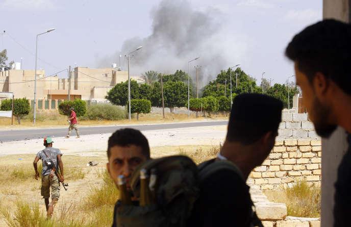 Heurts entre les forces loyales au gouvernement d'union nationale (GNA) et les troupes de Khalifa Haftar à Espiaa au sud de Tripoli, le 21 août.