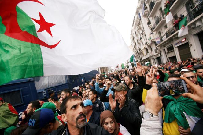 Dans les rues d'Alger, vendredi 22 novembre.