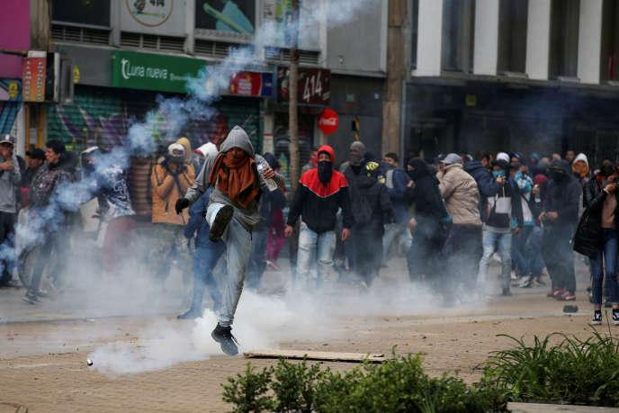 La mobilisation s'est poursuivie dans les rues de la capitale, Bogota, où les jets de fumigènes étaient nombreux, vendredi 22novembre.
