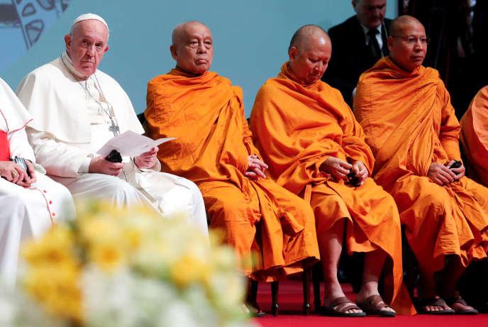 Le pape François rencontre des dignitaires religieux bouddhistes thaïlandais, le 22 novembre à l'universitéChulalongkorn, à Bangkok.