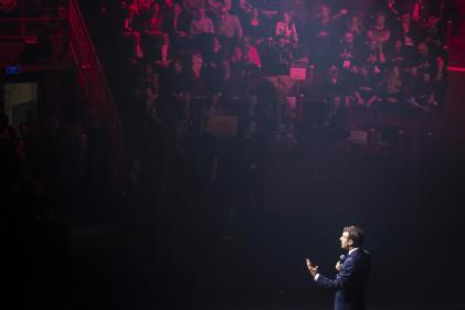 Emmanuel Macron lors d'un débat avec plusieurs centaines de jeunes Picards, aucirque d'Amiens, le 21 novembre.