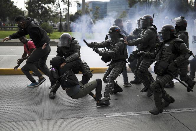 Intervention de la police lors des manifestations à Bogota, le 21 novembre.