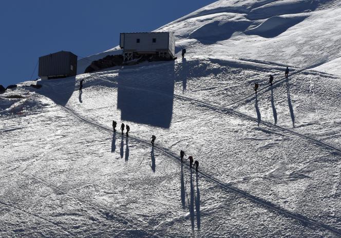 Le mont Blanc, avec parfois plus de 300 ascentions par jour, concentre les alpinistes sur un milieu fragile. Le préfet de Savoie a dû réguler l'accès au refuge pour éviter les dérives.
