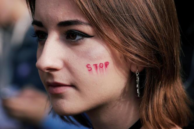 Une jeune femme manifeste contre les violences faites aux femmes, à Paris, le 19 octobre 2019.