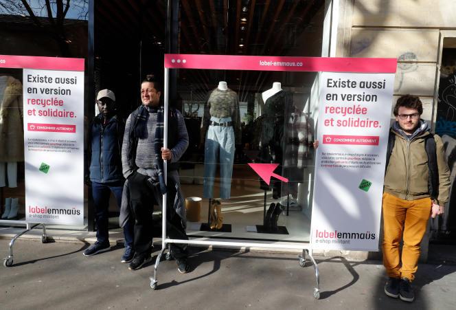 Des bénévoles d'Emmaüs manifestent pour dénoncer la surconsommation engendrée par le Black Friday, à Paris,le 20 novembre.