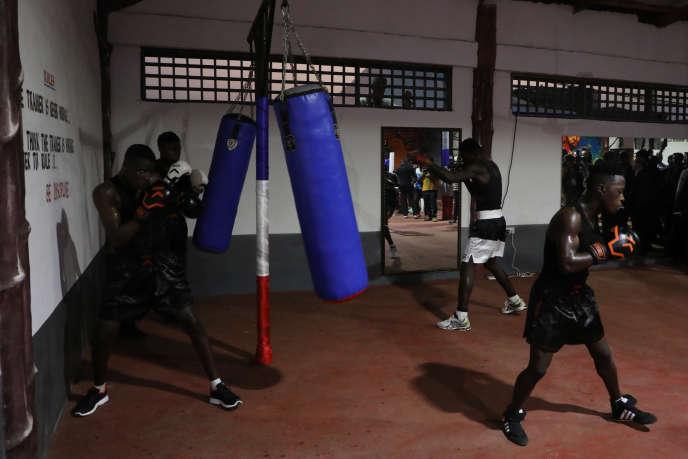 Des boxeurs s'entraînent au Gym Club, à Accra, le 30novembre 2017.