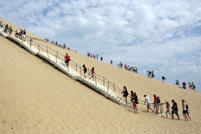 Au mois d'août, la dune du Pilat (ici en 2013), près d'Arcachon, peut accueillir jusqu'à 16000 visiteurs par jours, et deux million par an.