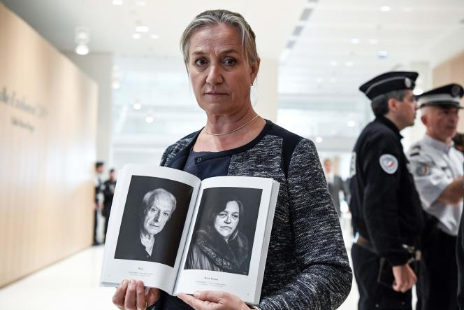 La pneumologue Irène Franchon pose devant les journalistes avec des portraits de victimes du Mediator, au tribunal de Paris, le 23 septembre.