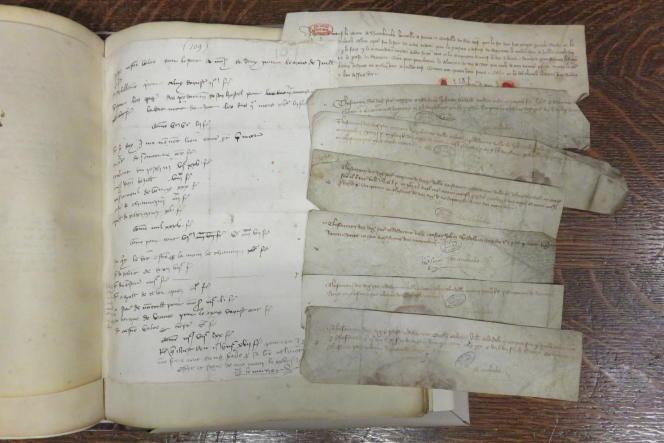 Extrait de comptes sur papier et pièces justificatives comptables en parchemin datant du XIVe siècle.