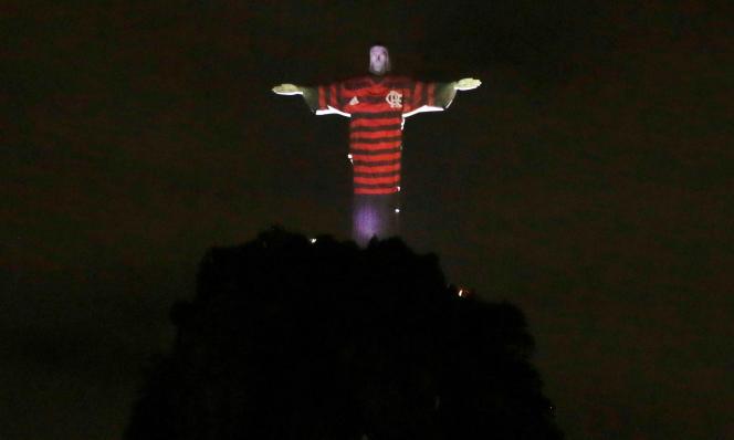La célèbre statue du Christ rédempteur surmplombant Rio de Janeiro et « habillée» d'un maillot de Flamengo, le 23 novembre.
