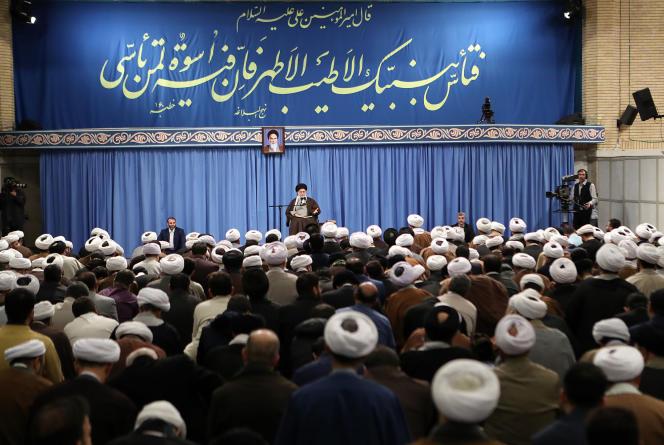 L'Ayatollah Ali Khamenei, leader suprême de l'Iran, le 17 novembre, défendant l'augmentation des prix de l'essence à Téhéran.