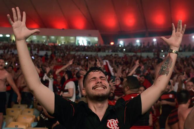 Un fan de Flamengo célèbre la victoire en Copa Libertadores, dans le stade Maracana.
