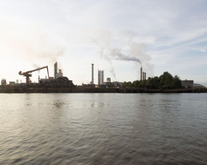 Des échantillons de plastiques sont récoltés par les scientifiques de la goélette Tara sur les berges de la Seine en aval de Rouen.
