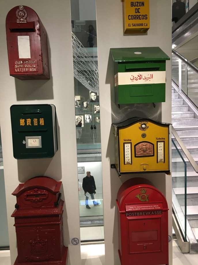 Boîtes aux lettres exposées au Musée de La Poste de Paris.