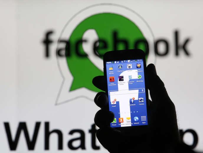 Logo de Messenger et Whatsapp. Les Etats membres de l'Union européenne ont infligé un revers à un projet de règlement européen censé adapter et étendre les règles de protection de la vie privée aux nouveaux services d'appel et de messages sur Internet, vendredi 22 novembre.