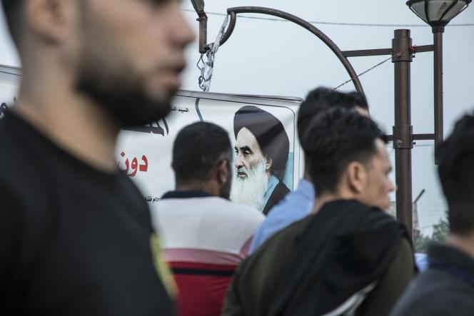 Le portrait du dignitaire chiiteAli Al-Sistani, lors desmanifestations devant le gouvernorat à Bassorah, le 16 novembre.