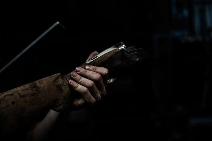 Un homme porte un fusil près de Saint-Etienne, en mai.