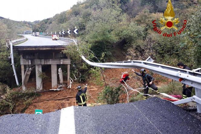 Une partie de l'autoroute 6, conduisant à Turin, s'est effondré dimanche près de Savone (Ligurie).