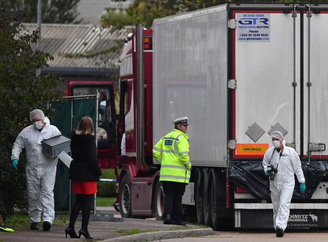 La police scientifique britannique examine le camion dans lequel les corps de 39migrants vietnamiens ont été retrouvés à Greys, en octobre.