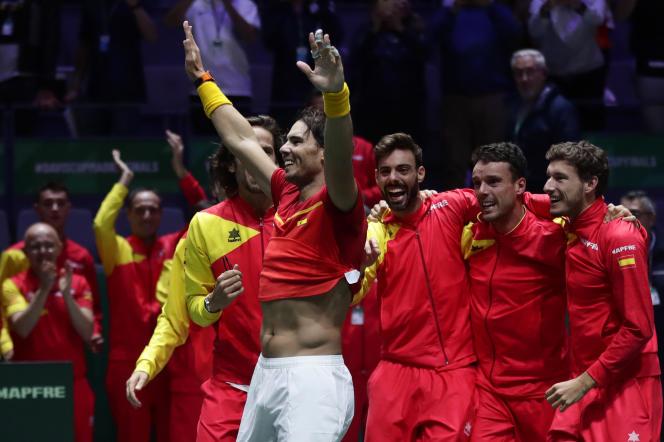 L'Espagnol Rafael Nadal fait la fête avec ses coéquipiers après avoir battu le Canadien Denis Shapovalov dans leur match de tennis en simple pour remporter la finale de la Coupe Davis à Madrid, Espagne, dimanche 24 novembre 2019.