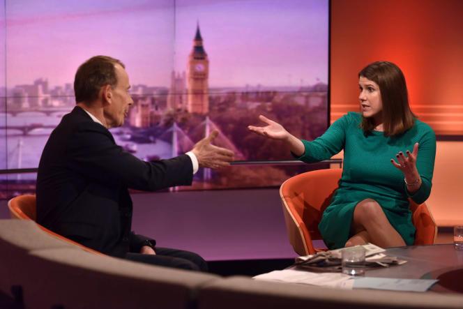 Jo Swinson, chef de file des libéraux-démocrates, face au journaliste Andrew Marr lors d'une apparition dans l'émission politique «The Andrew Marr Show» de la BBC, le 24novembre 2019.
