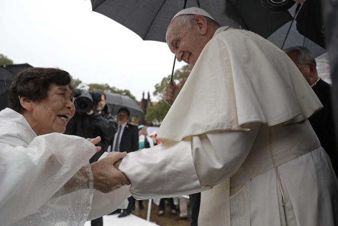 Le pape François à la rencontre des fidèles, à Nagasaki au Japon, le 24 novembre.