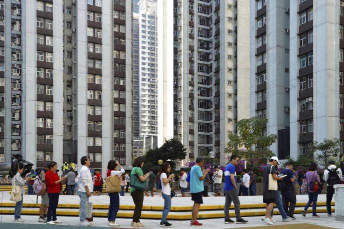 File d'attente pour voter aux élections locales de Hongkong, le 24novembre.