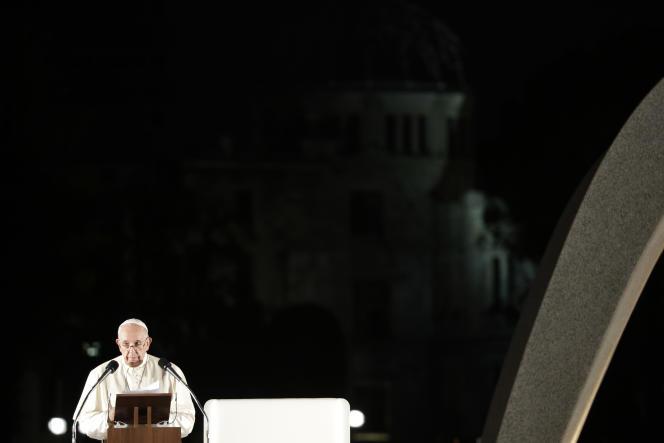 Lors de son discours au mémorial de la paix d'Hiroshima, dimanche 24 novembre, le pape François a jugé quela possession d'armes nucléaires et « d'autres armes de destruction massive » n'instaure qu'une « fausse sécurité ».
