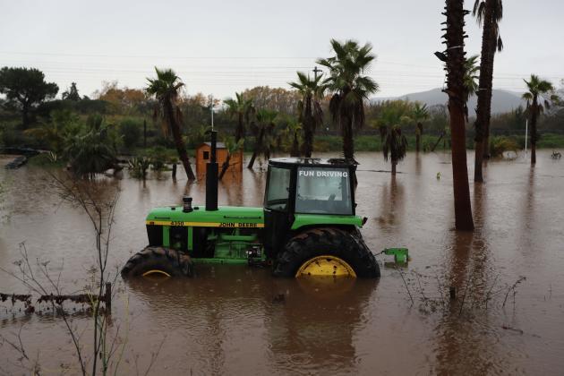 Un tracteur abandonné dans une zone inondée de Roquebrune-sur-Argens.