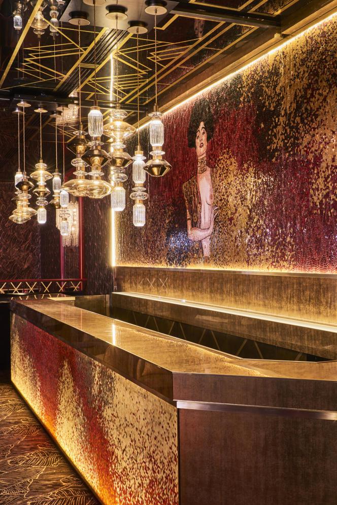 Au Paradis latin, à Paris, le bar du premier étage avec la mosaïque de l'italien Sicis.