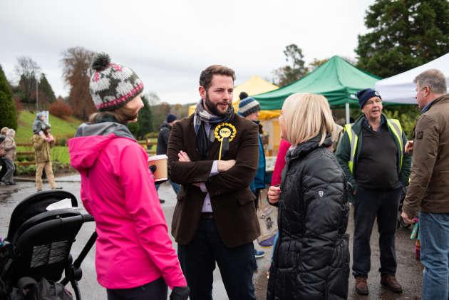 Fergus Mutch, le candidat local du SNP, en campagne sur le marché de Banchory (Ecosse), le 16 novembre.