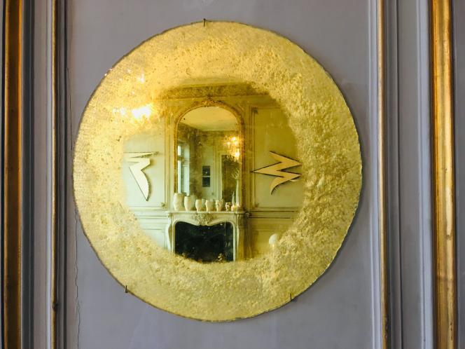 Mire, miroir de Solène Eloy en verre gravé églomisé à l'or jaune 21 carats (2019). 45cm de diamètre. Série « Objets de réflexion».
