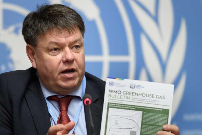 Le secrétaire général de l'Organisation météorologique mondiale, Petteri Taalas, lors de la présentation du rapport annuel de son organisation sur la concentration d'émission de gaz à effet de serre, le 25novembre, àGenève.