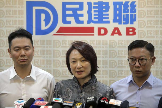 Starry Lee, au centre, porte parole des pro-Pékin, parle après la défaite de ses candidats le 25 novembre à Hongkong.