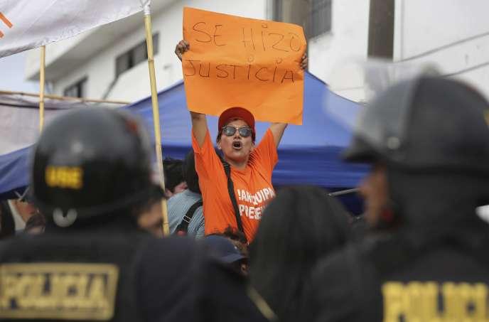 Des dizaines de partisans de la chef de l'opposition se sont rassemblés devant la prison pour femmes de Chorrillos, à Lima, pour fêter cette décision.