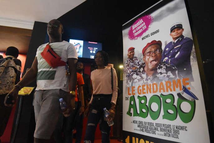 « Le Gendarme de Abobo» à l'affiche de l'un des quatre écrans d'Abidjan, en novembre 2019.