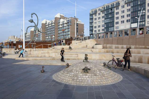 La promenade de Scheveningen récemment rénovée est ponctuée desculptures de l'Américain Tom Otternes.