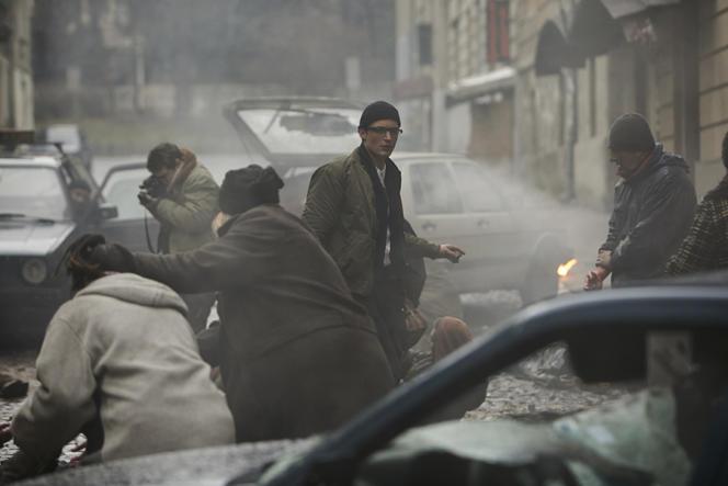 Niels Schneider (au centre) interprète le journaliste Paul Marchand dans le film«Sympathie pour le diable».