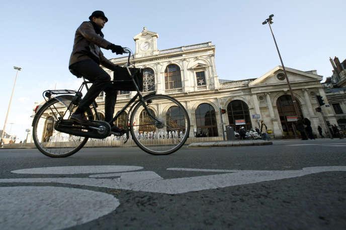 La proportion de personnes utilisant la voiture pour aller travailler passe de 10% à Paris à 85% dans les départements les plus reculés.