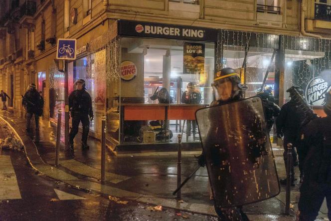 Des CRS pénètrent dans un Burger King de l'avenue Wagram, à Paris, et frappent les «gilets jaunes» qui s'y étaient retranchés, le 1er décembre 2018.