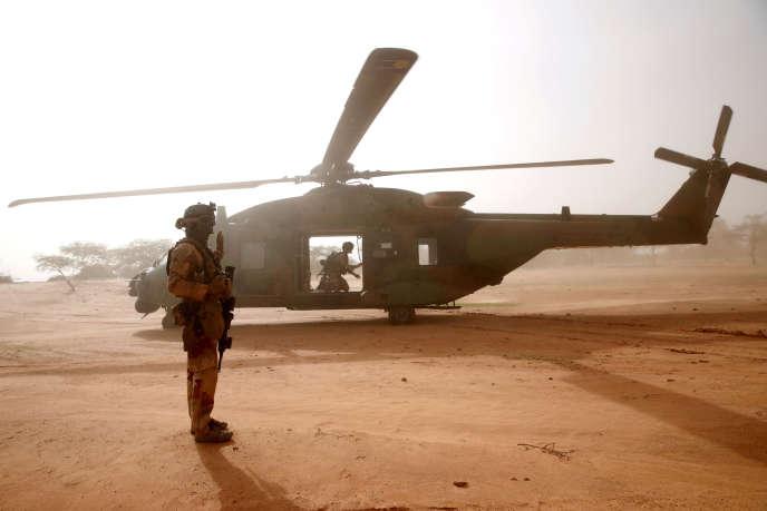 Un soldat français monte la garde devant un hélicoptère militaire NH90 Caiman lors de l'opération «Barkhane» à Ndaki, auMali, le 29juillet.