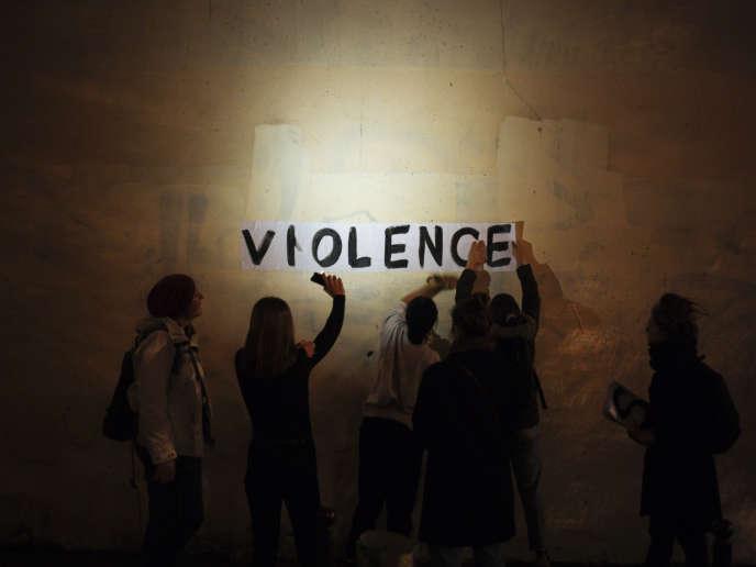 Un groupe de militantes colle des affichages sauvages pour dénoncer les violences faites aux femmes, à Paris, dans la nuit du 31 octobre.