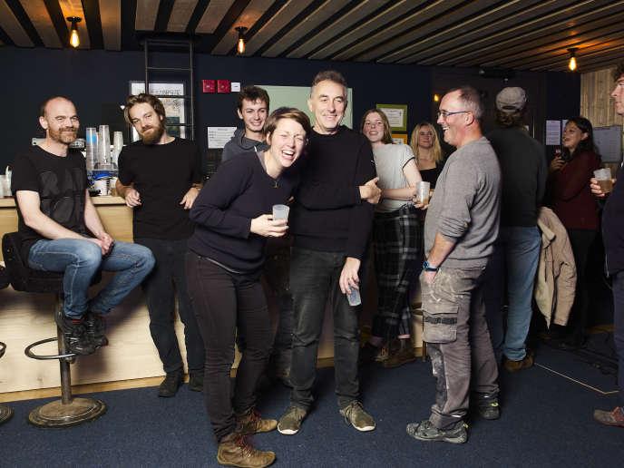 Yann Tiersen (au centre), sa femme Emilie et ses amis àl'Eskal, à Ouessant (Finistère), le 16 octobre.
