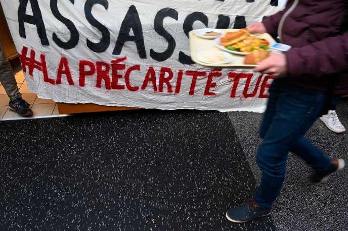 Banderole « La précarité tue» brandie par des étudiants lors du blocage du «Resto U» de l'université de Rennes-2. L'opération visait à permettre à leurs camarades de déjeuner gratuitement pour dénoncer la précarité des étudiants.