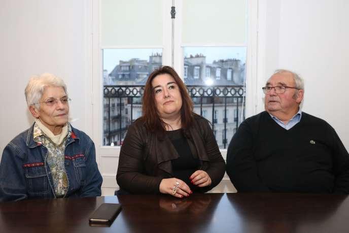L'avocate de plusieurs plaignants Francesca Satta, entourée de M. et Mme Vinet, grands-parents d'une potentielle victime du chirurgien, à Paris, le 26 novembre.