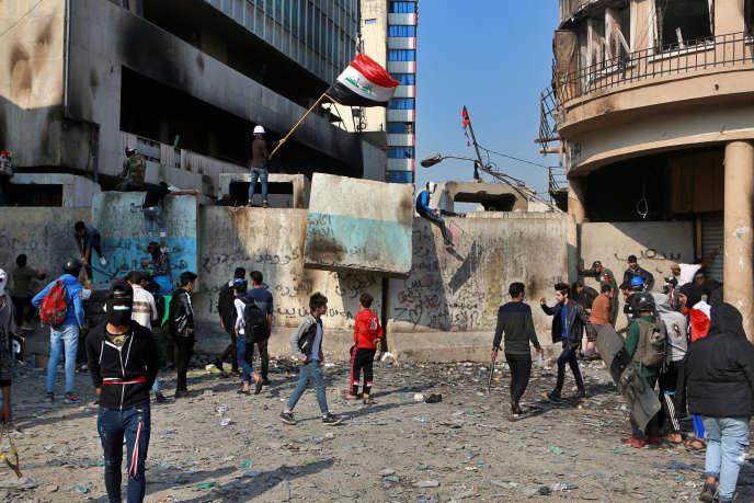 Des manifestants rassemblés au centre de Bagdad lors d'affrontements avec les forces de sécurité, en Irak, le mardi 26novembre2019.
