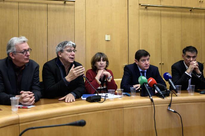 De gauche à droite, Pierre Laurent (Parti communiste), Eric Coquerel (La France insoumise), Eliane Assassi (Parti communiste), Patrick Kanner (Parti socialiste) et Olivier Faure (Parti socialiste), donnent une conférence de presse contre la privatisation d'ADP, le 12 novembre à Paris.