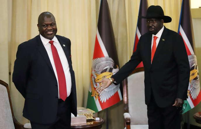 Le président sud-soudanais, Salva Kiir (à droite), reçoit l'ancien chef rebelle Riek Machar à Juba, le 19octobre 2019.