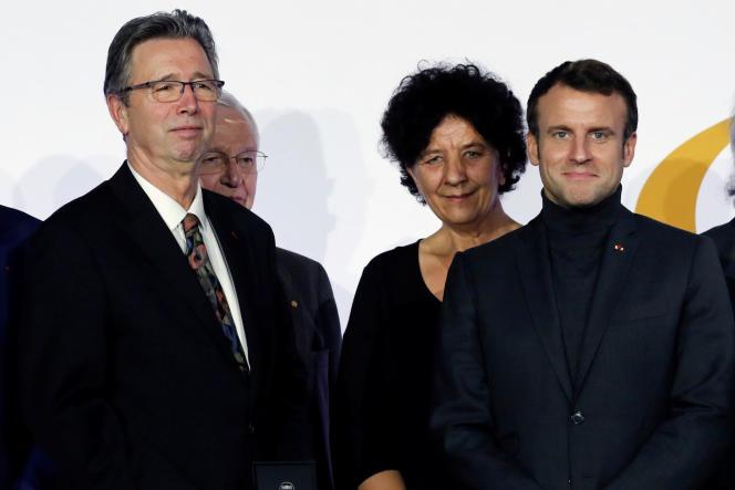 « L'inquiétude devient l'état d'esprit naturel de nombreux collègues» (Photo, de gauche à droite: le physico-chimiste Thomas Ebbesen, la ministre de l'enseignement supérieur, de la recherche et de l'innovation Frédérique Vidal et Emmanuel Macron, le 26 novembre 2019, à Paris, lors du 80e anniversaire du CNRS).