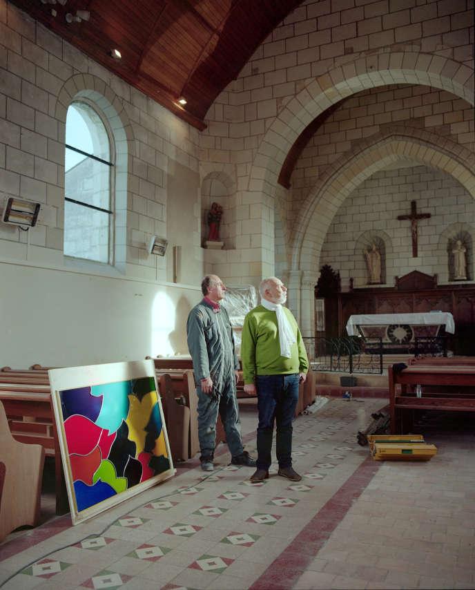 Le maître verrier Philippe Brissy et Tahar Ben Jelloun dans l'église Saint-Genulf, au Thoureil, le 20 novembre.